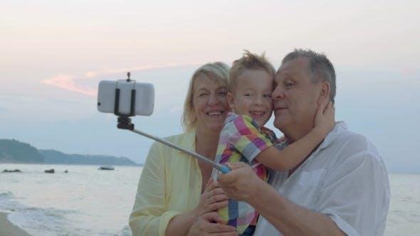 Glückliches Selfie mit Großeltern