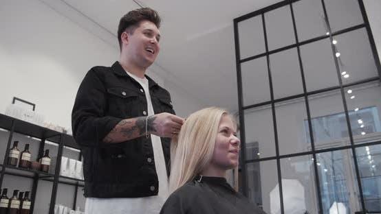 Blonde Frau Lacht Mit Männlichem Friseur