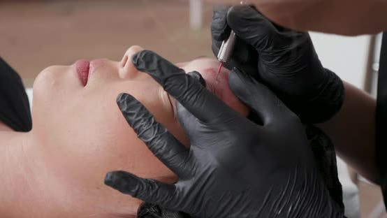 Statische Schuss von einem Beauty Salon Client mit Ihr Permanent Make-up entfernt