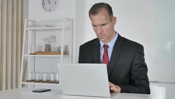Thumbnail for Geschäftsmann Arbeiten auf Laptop