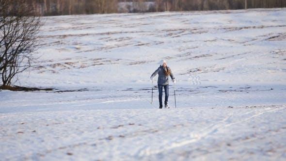 Langlaufen auf dem Feld.