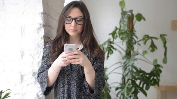 Thumbnail for Schöne Mädchen Tippen Text auf Smartphone