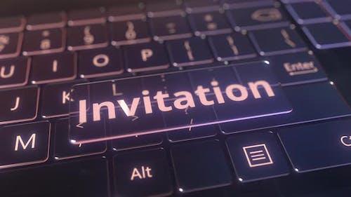 Futuristische Computertastatur und transparente Einladungsnach