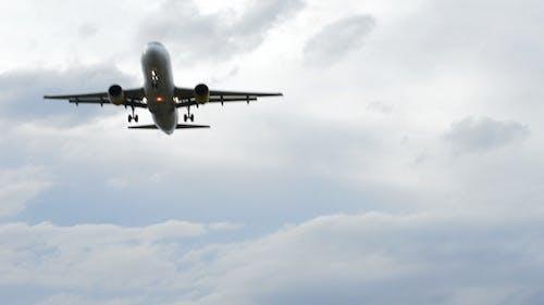 Flugzeug kommt zum Flughafen