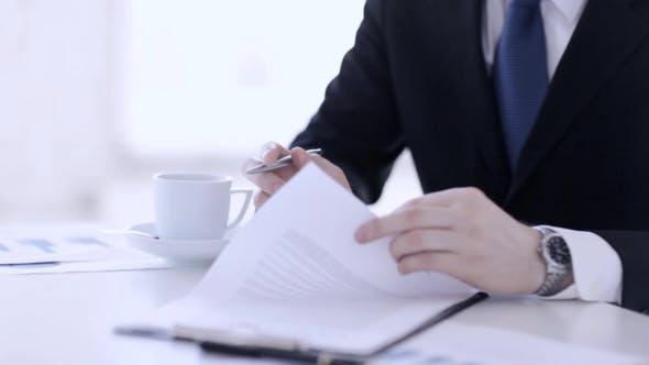 Thumbnail for Geschäftsmann Hands Unterschrift Papier 3