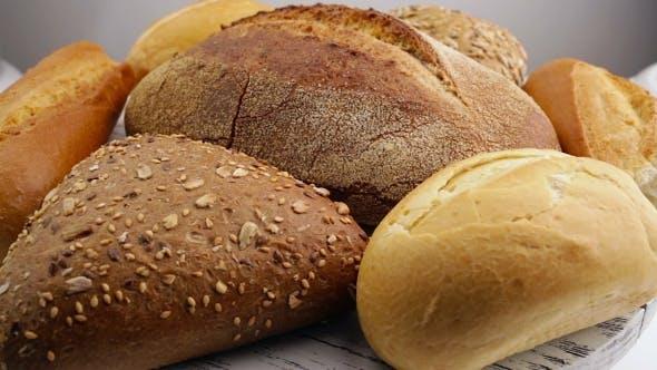 Brot in der rotierenden korb auf einem tisch