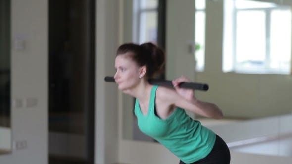 Thumbnail for Mädchen führt Übungen mit einem Besen