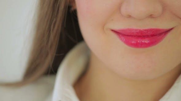 Thumbnail for schön junge Mädchen zeigen Ihr Lippen