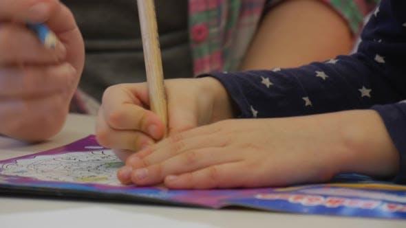 Enseignant est la peinture avec enfant dans le livre de coloriage