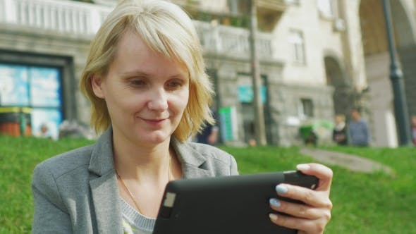 Cover Image for Portrait Of a Woman With a Tablet