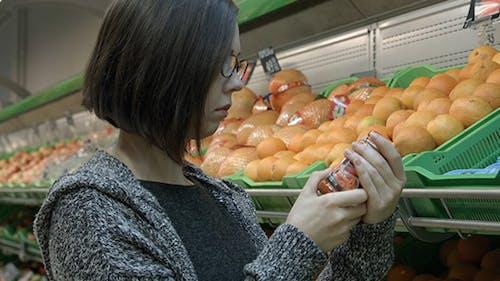 Mädchen wählt Tomatensauce