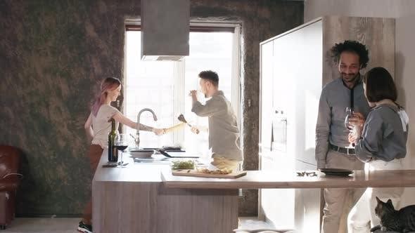 Thumbnail for paar mit Spaß und jagen jeder andere um Küche