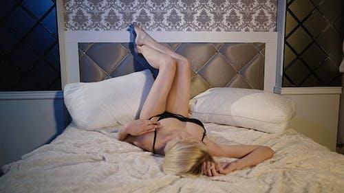 sinnlich blond auf die Bett