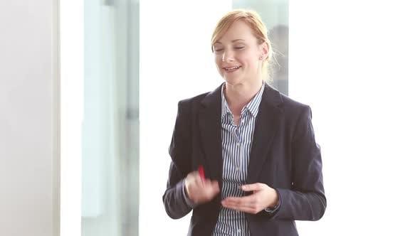 Thumbnail for Schöne Geschäftsfrau geben Präsentation in Konferenzraum 1