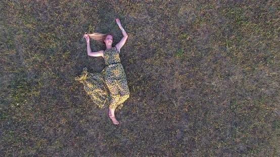 Thumbnail for schön Frau liegen in Gras und genießen 1