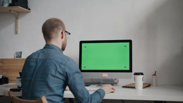 Thumbnail for Caucasian Worker Tippen auf Tastatur und Blick auf Green Screen