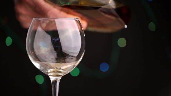 Thumbnail for Gießen Brandy aus einer Flasche
