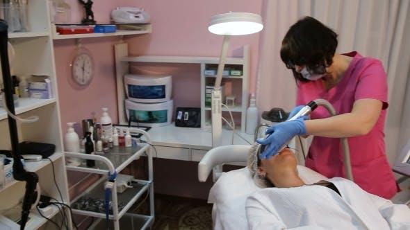 Kosmetikerin Perfiming Foto Verjüngung