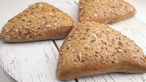 Brot in der rotierenden Korb auf einem Tisch.