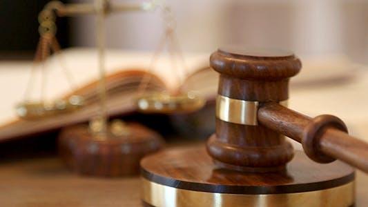 Richter hämmern ein Gavel in ein Gerichtssaal