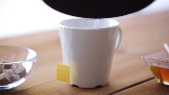 Warmwasser Gießen Vom Wasserkocher zu Tasse Mit Teebeutel 24