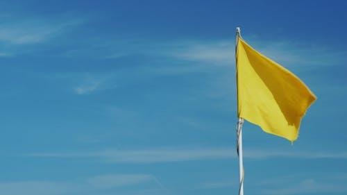 gelbe flagge auf einem hintergrund der himmel