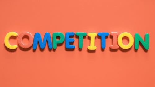 """Wort """"Wettbewerb"""", aus farbigen Buchstaben"""