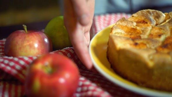Traditioneller amerikanischer Apfelkuchen auf Küchentisch. Herbst-Dessert