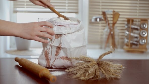 Thumbnail for Home Back-Zutaten. Chef legt Mehl in Glas. Home Backen Zutaten