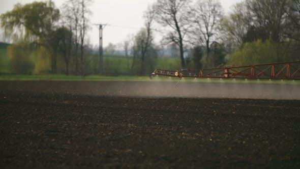 Thumbnail for Traktorspray Düngen auf Feld mit Chemikalien in der Landwirtschaft Bereich.