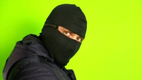 Kriminelle in einer Maske
