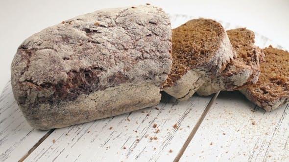 Brot in einem Korb auf einem Tisch.