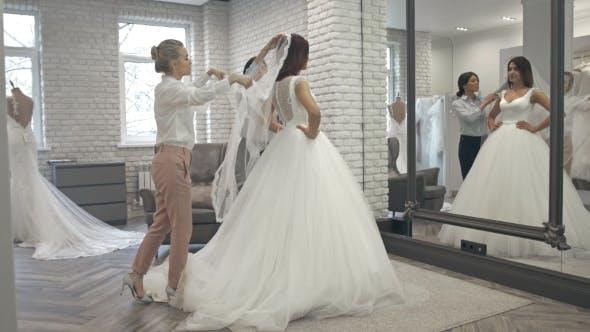 Thumbnail for Schöne Braut im Kleider-Shop für Brautkleider
