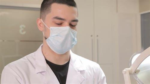 Zahnarzt trägt sterile Handschuhe