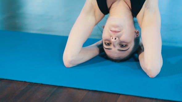 Thumbnail for Frau Doing Yoga Kopfstand Pose
