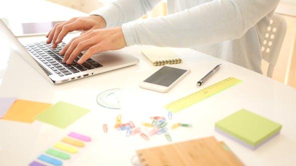 Thumbnail for Freelance Designer Arbeiten mit Laptop