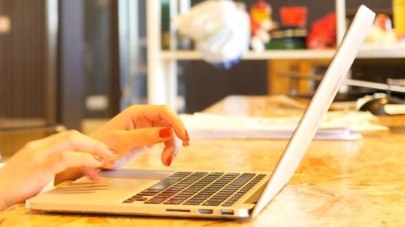 Thumbnail for Verwenden von Laptop bei der Arbeit