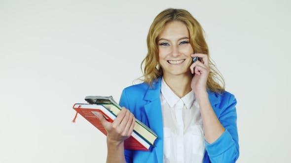 Thumbnail for Happy Student mit einem Stapel von Bücher auf dem Telefon