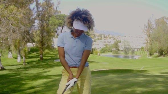 Thumbnail for Lächelnde junge Frau Golfer auf einem Golfplatz