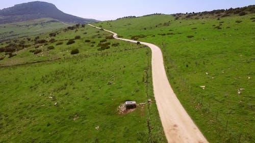 verlassene lange Schotterstraße durch das Land