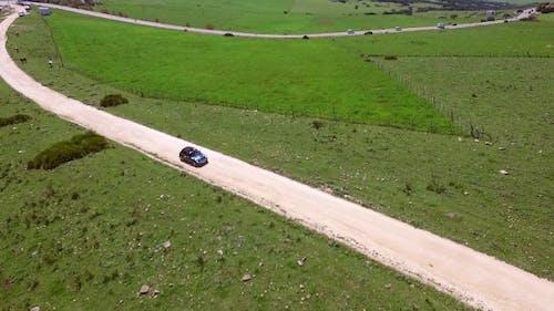 Luftaufnahme von Fahren Auto auf hügeligem Gelände