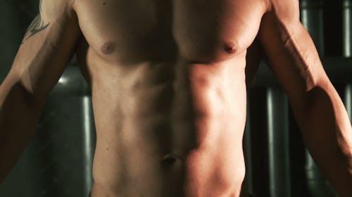 Muskuläre Mann zeigen Muskules auf Torso
