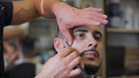 Professional Barber Uses a Straight Razor To Make The Beard Trend
