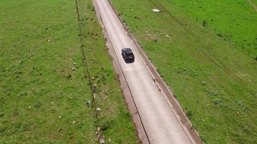 Luftaufnahme von der Straße mit Fahren Auto