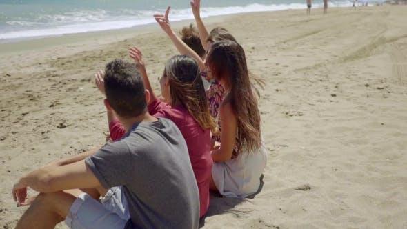 espalda de los adolescentes sentado en arena Playa al aire libre ...