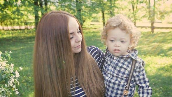 Thumbnail for Fröhlich Mama Und Sohn Frolic In Ein Sommer Garten