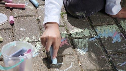 Kleines Mädchen Hände Zeichnen Mit Kreiden