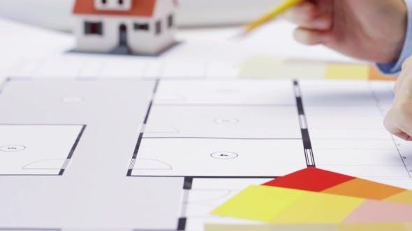 Thumbnail for Frau und Architekt diskutieren Blaupause von Haus 94