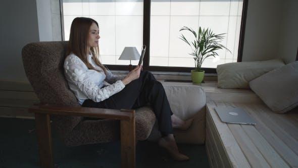 Thumbnail for Attraktive Frau Hat Video anruf auf dem Touch-Tablet