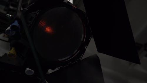 Im Studio ein Suchscheinwerfer mit Frenela ein Objektiv